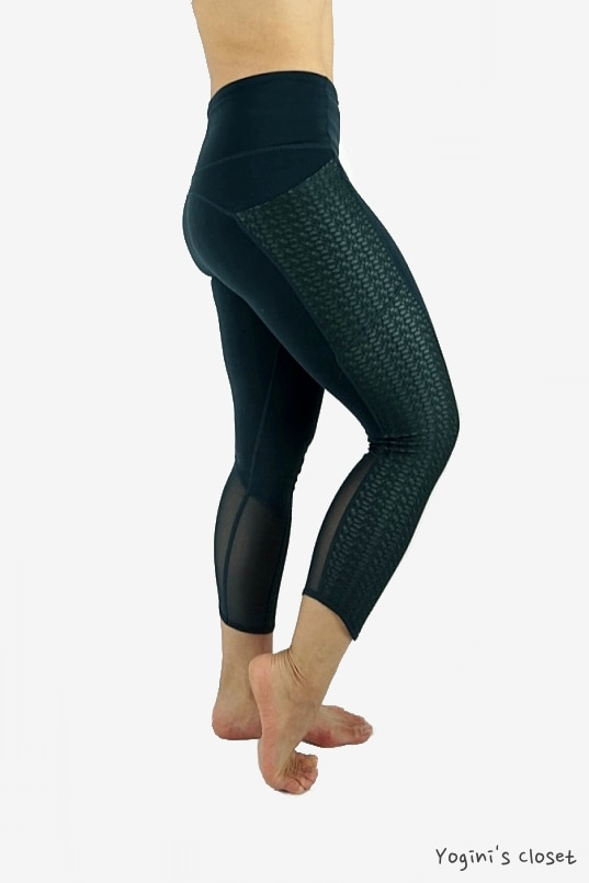 Yoginis closet Athleta High Rise Mosaic Chaturanga To Town Capri yoga pant review